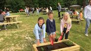Basisschool bouwt gezellige rust-en babbelplek op speelplaats