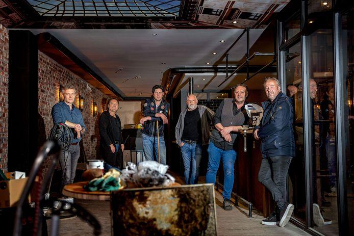 """Maik, Eric, Bas, John, Mari en Wilbert (vlnr) openen eind deze maand de deuren van Café Vrienden. ,,Het idee is wel vijftien jaar oud."""""""