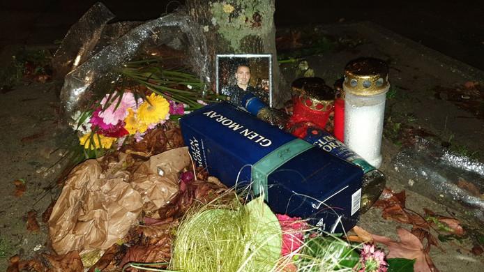 Dinsdagavond hebben mensen bloemen, kaarsjes en een foto geplaatst op de plaats waar de viervoudige moord plaatsvond.
