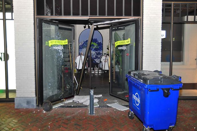 De ramkraak vond plaats bij Modehuis Van Dijk in Waalwijk.