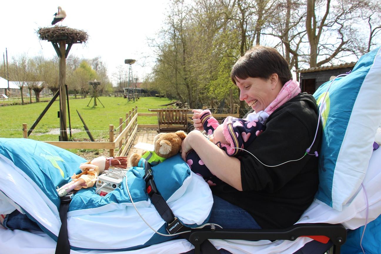 Marieke en dochter Elsie genieten in de Avonturenboerderij Molenwaard.