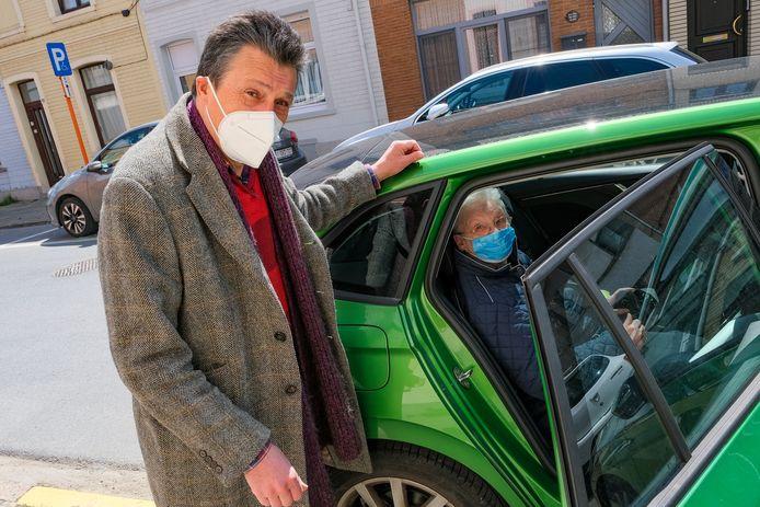 taxidienst van Zilverpunt: Lucas Vanclooster pikt Lisette op op het Kassei