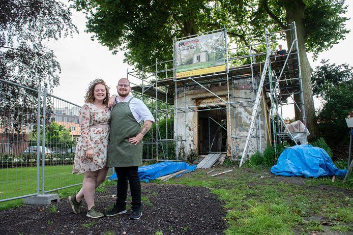 Joey van Heesbeen en zijn vrouw Joke met op de achtergrond het theekoepeltje. Het opknappen daarvan is in volle gang. Van Heesbeen heeft nog geen idee wat de nieuwe functie van dat monumentje wordt.