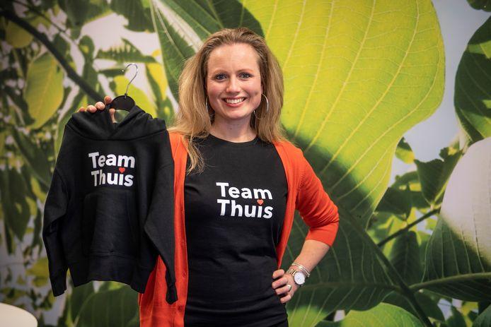 De Holtense Kristel Veltkamp heeft een leuke actie opgezet; hoodies met team thuis erop. Die kunnen mensen bestellen. Een deel van de opbrengst gaat naar Humanitas