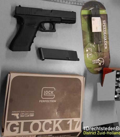 Man (23) uit Zwijndrecht aangehouden voor bezit van (nep)vuurwapen