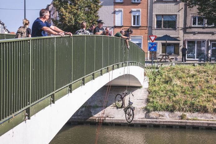 Magneetvissers halen fietswrakken boven aan de Groendreef