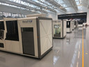 De productieruimte van Additive Industries staat vol met machines in aanbouw.