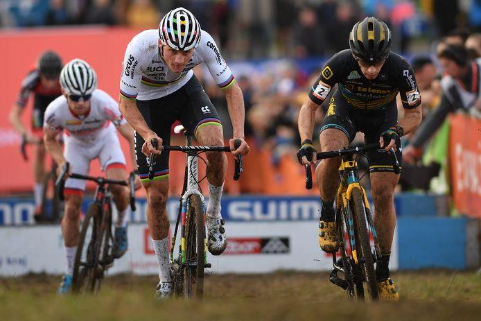 Mathieu van der Poel naast Lars van der Haar. In de achtergrond Eli Iserbyt.
