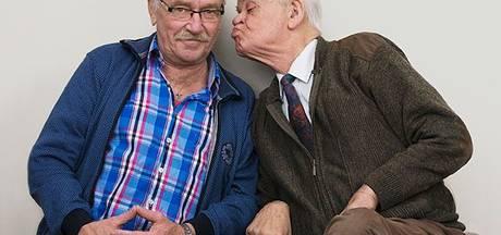 'Kwajongens op leeftijd' kussen met een knipoog
