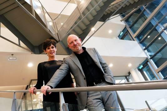 Tonny van de Ven (links) en Karo van Dongen leiden Alwel. De organisatie komt voort uit een fusie van AlleeWonen en de WEL. Door het samengaan verdwenen tien banen. Er werken nu 250 bij Alwel. FOTO: Gerard van Offeren/Pix4profs