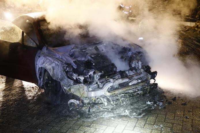 Een auto op Het Erf in Gassel ging in vlammen op.