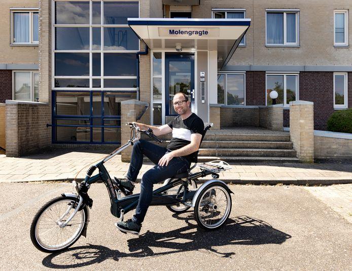 Marcel de Pon (40) uit Aalst op zijn nieuwe aangepaste driewieler die hij kocht met geld van donaties nadat bekend werd dat zijn fiets was gestolen. Zijn gestolen rijwiel is door de politie inmiddels teruggevonden.