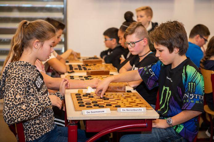 Schoolkampioenschap dammen voor alle basisscholieren van de gemeente Sluis gespeeld in MFC De Windmaker.