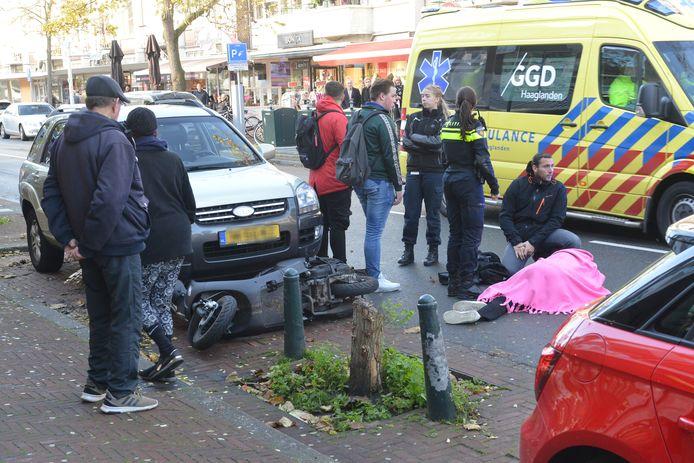 Dinsdagochtend 13 november heeft er op de Theresiastraat in Den Haag een ongeval plaatsgevonden tussen een scooter en een auto. De scooter werd van achter aangetikt waarna de twee opzittende van de scooter hard ten val raakte.