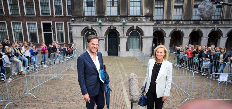 Mark Rutte en Sigrid Kaag komen vrijdag naar buiten na afloop van een gesprek met informateur Mariëtte Hamer over de kabinetsformatie.  Beeld ANP