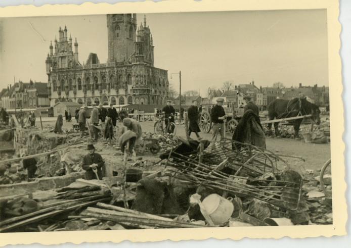 De Markt van Middelburg circa 1942, er wordt hard aan het herstel gewerkt, de wederopbouw van het stadhuis is al ver gevorderd.