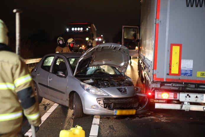 De auto was gebotst met een vrachtwagen op de N279.