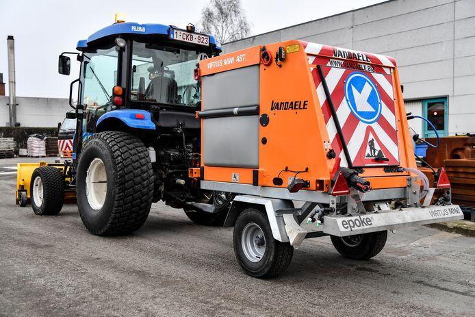 De gemeente overweegt de aankoop van een tractor met een pekelstrooier