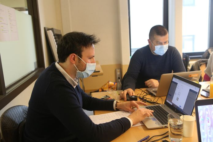 Stefan Martens (l.), coördinator in het vaccinatiecentrum van Tienen.