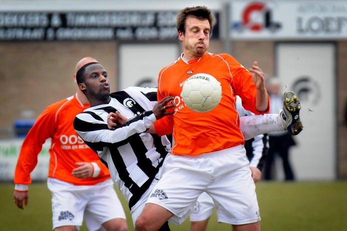 Paul Weerman, op de foto in actie als spits van WKE, wordt de nieuwe hoofdtrainer van hoofdklasser Staphorst.