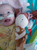Baby Elsie in het ziekenhuis. Met wat medische hulpmiddelen mag ze nu naar huis.