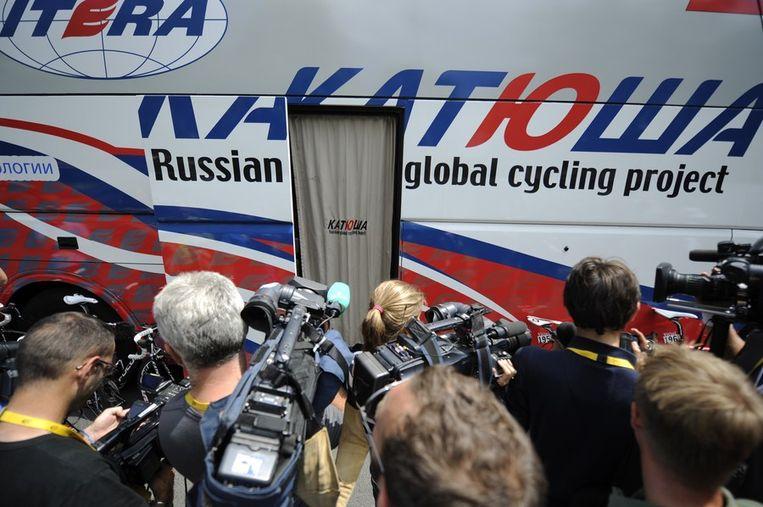 De media omcirkelde voor de start de bus van Katoesja, de ploeg van de op doping betrapte Kolobnev. Beeld afp