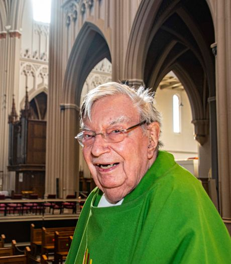Jan van Noorwegen, 60 jaar priester te Tilburg, kan lachen om zijn eigen 'in memoriam'