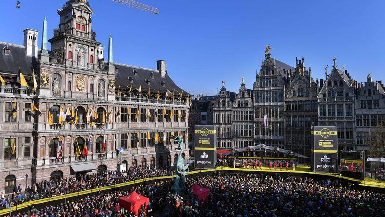 Ook de start van de Ronde van Vlaanderen lokte veel volk naar Antwerpen. Beeld TDW