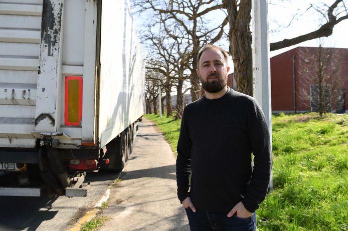 Schepen Maarten Forceville naast het fietspad van de Mechelsesteenweg in Herent.