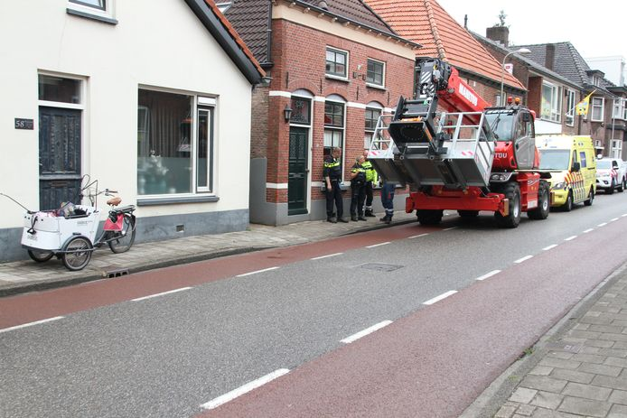 Er zijn twee ambulances ter plaatse omdat er mogelijk ook kinderen bij het ongeluk betrokken zijn.