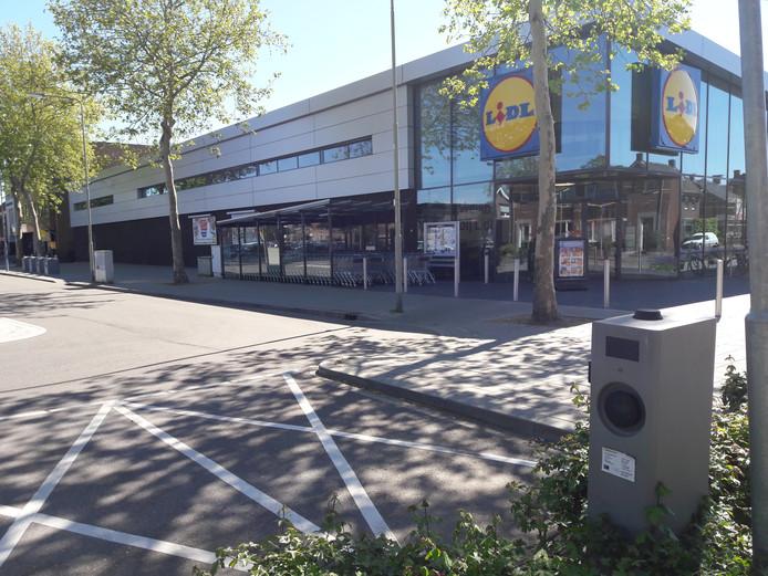 De oplaadplaatsen voor elektrische auto's bij de hoofdingang van de Lidl in Gennep.
