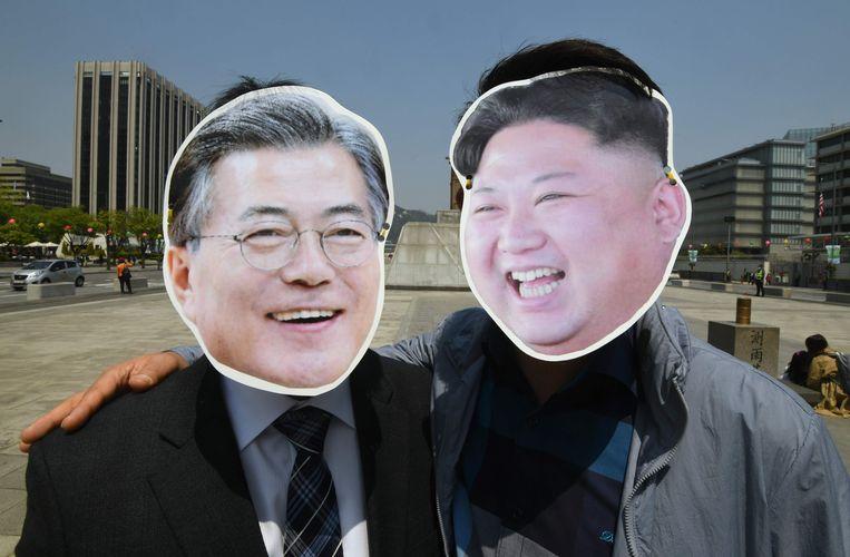 Zuid-Koreaanse activisten dragen maskers van Kim Jong-un en Moon Jae-in. Beeld AFP
