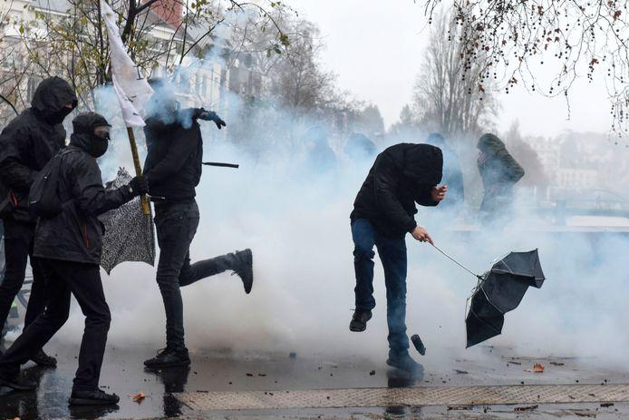 Demonstranten in Nantes stuiven weg na het ontploffen van een traangasgranaat van de oproerpolitie.