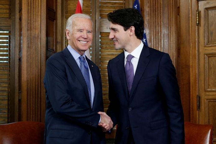 De Canadese premier Justin Trudeau (rechts) met de Amerikaanse vicepresident Joe Biden (links) in 2016.
