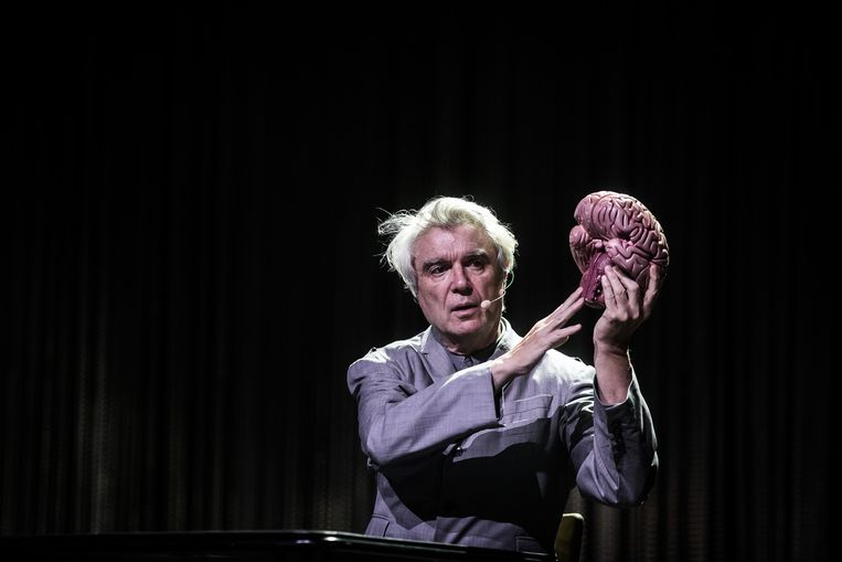 Tijdens opener 'Here' zat Byrne in zijn eentje aan een tafel, terwijl hij op een haast academische manier een stel hersens monsterde.  Beeld Bas Bogaerts