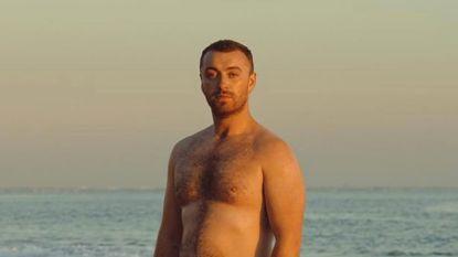 Sam Smith poseert in bloot bovenlijf om positief zelfbeeld te promoten