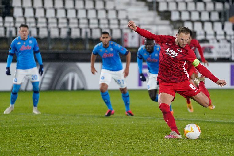Teun Koopmeiners van AZ mist een penalty tegen Napoli in Alkmaar. Beeld BSR Agency