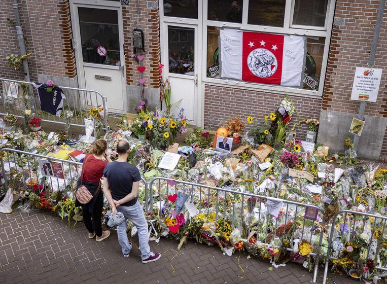 Op de Lange Leidsedwarsstraat is een enorme zee aan bloemen neergelegd voor misdaadverslaggever Peter R. de Vries. Beeld ANP
