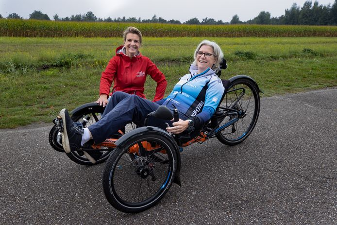 Para-triatlete Hanneke Jeronimus uit Asten en Berbel van Bree.