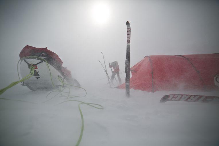 Het duo moest een zware sneeuwstorm uitzitten op Groenland, voor ze verder konden trekken. Beeld Polar Experience / Polar Circles