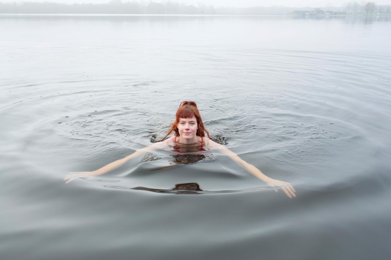 """Maartje Hoek in het koude Groningse water: """"Ik voelde me verbonden met de wind en de regen."""""""
