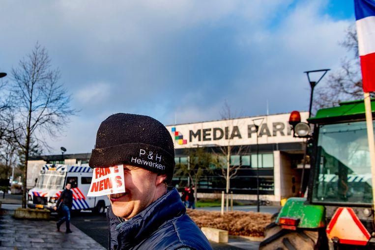 Boerenprotest bij het gebouw van de NOS op het Mediapark in Hilversum. Beeld Hollandse Hoogte / Robin Utrecht