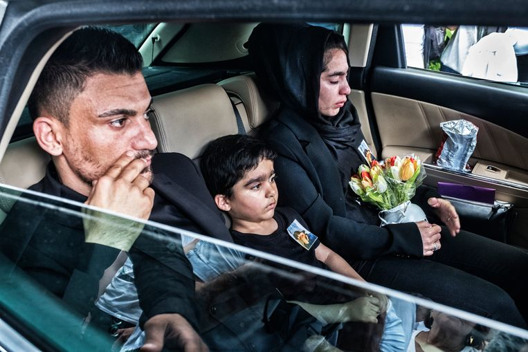 Mawda werd op 30 mei begraven. Vader Ali, moeder Amir en broertje Mohamad dragen nog altijd een foto van Mawda op hun borst.  Beeld Tim Dirven