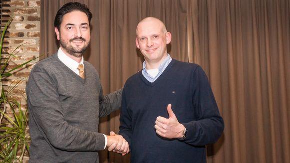 Benjamin De Roeck (links) die de fakkel doorgeeft aan Dieter Wijckmans (rechts)