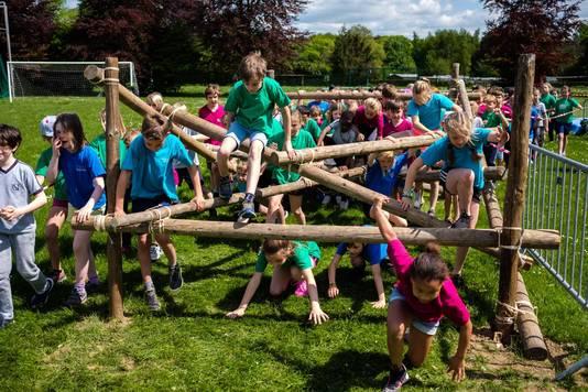 Erop of eronder, de kinderen moesten ook voorbij deze palenconstructie.