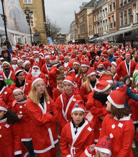 Kerstmannen en -vrouwen rennen recordbedrag bij elkaar in Gorinchem
