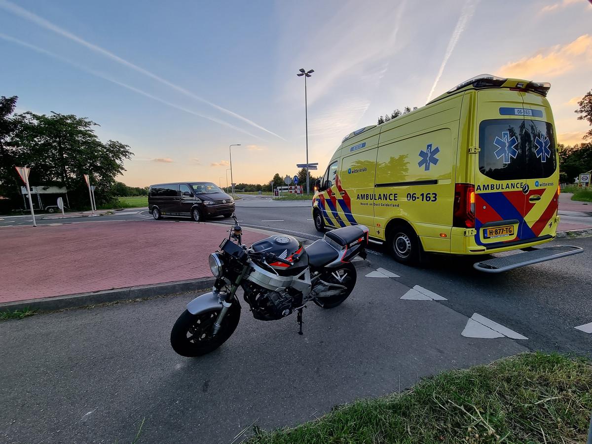 De ambulance op de Doesburgseweg in Wehl na het ongeluk.