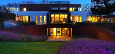 Neem een kijkje in deze Brabantse villa van elf miljoen euro met een 'hoog James Bond-gehalte'
