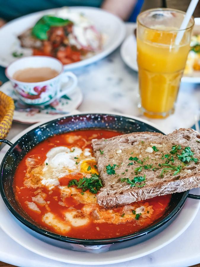 La casserole aux œufs et sauce tomate.