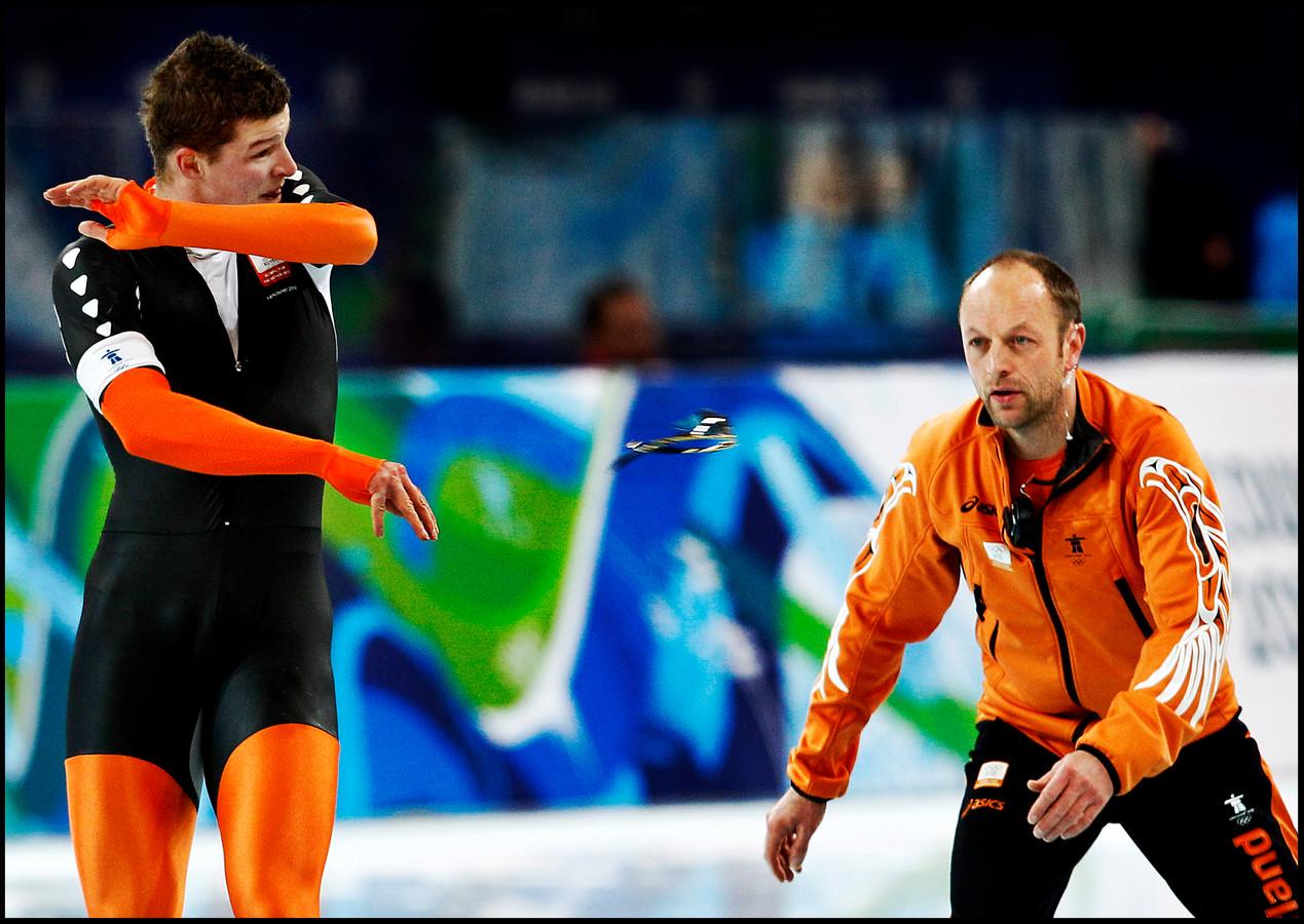 Uit frustratie gooit Sven Kramer zijn bril weg naar zijn coach Gerard Kemkers. hij stuurde Sven de verkeerde baan in bij een wissel en miste daardoor zijn tweede zekere gouden medaille. Foto Pim Ras